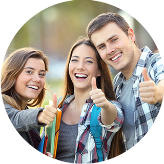 3 adolescents sereins et heureux, pouce en l'air, confiants en eux, conscients de leurs capacités avec une bonne gestion du stress