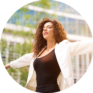 Femme d'affaires sereine pratiquant la sophrologie pour gérer son stress et ses émotions.