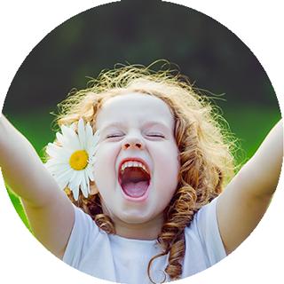 Petite fille joyeuse, pleine de vie, sans peur, sans angoisse et confiante en elle.